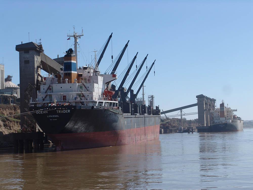 terminales_portuarias___barcos_cargando__ph_bcr
